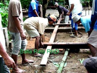 Warga gotong royong membangun Balla Rate di Rumah Hijau Denassa tahun 2010