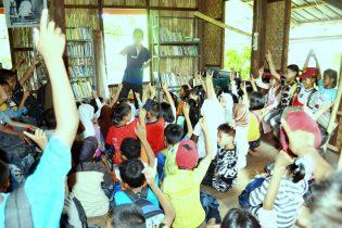 DARMAWAN DENASSA Bersama pengunjung di Perpustakaan Denassa dalam salah satu kesempatan