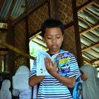 Seorang pengunjung membaca buku di Perpustakaan Denassa di Rumah Hijau Denassa