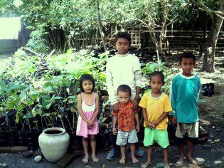 Taco, Fadil, Syahrul, dkk di Nursery tahun 2007 yang sedang mengembangkan Jati lokal