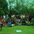 Peserta Kelas Komunitas didampingi orang tua menerima buku tabungan dari Bank Permata Makassar, di Pelataran Mappasomba Rumah Hijau Denassa (23.11.2013)