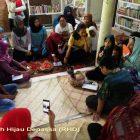 RHD. Peserta Sosialisasi Royong mendengarkan lantunan Royong yang dibawakan Daeng Ratang di Ruang Baca Rumah Hijau Denassa (Foto: Darmawan Denassa)