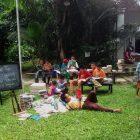 RHD. Beberapa peserta Kelas Komunitas istirahat sambil baca buku saat mempersiapkan Buka Buku
