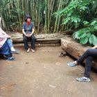 RHD. Perwakilan Paguyuban Orang Tua Siswa SD Pertiwi Makassar Aridah Fitriati dan Ina Putuhena bersama Darmawan Denassa di tempat diskusi Rumah Hijau Denassa (RHD) Foto: Fahmi Arif Mustari.