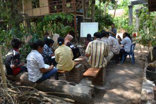 RHD. Tenpat Diskusi Rumah Hijau Denassa (RHD) dengan latar belakang Bimbi Room pada 20.11.2011