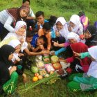 RHD. Kelas Komunitas Ruamh Hijau Denassa (RHD) peserta Outing Class Kampung Literasi di Persawahan saat akan makan bersama (Foto; Denassa)