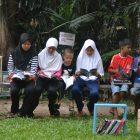 RHD. Pengunjung membaca di TBM Denassa, Kampung Literasi Borongtala