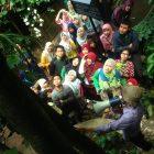 RHD. Atusias Peserta Piknik Penyala Makassar menyimak Penjelasan Darmawan Denassa di Rumah Hijau Denassa (RHD)