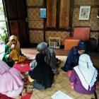 RHD. Kelas Komunitas Rumah Hijau Denassa (RHD) belajar mengaji di Bimbi Room dibimbing peserta KKN UIN Alauddin Makassar