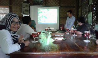 Darmawan Denassa Memaparkan Latar Belakang dan Usaha Rumah Hijua Denassa dalam Melaksanakan Konservasi Lingkungan dan Edukasi
