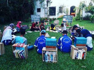 RHD. Suasana Lingkar Baca di Kampung Literasi Borongtala (15.06.2017)