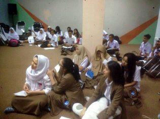RHD. Siswa Kelas X dan XI  Celebs Global School (CGS) Makassar sedang Menyimak Penjelasan Darmawan Denassa tentang Sejarah Rumah Hijau Denassa (RHD) di CGS (31.07.2017)