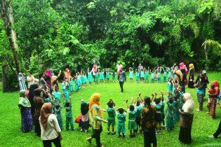 RHD. Darmawan Denassa Bermain bersama Peserta Kunjungan TK dan PAUD Bontonompo yang Belajar Bersama di Rumah Hijau Denassa (15.11.2017)