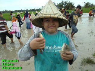 RHD. Sebanyak 55 Peserta Didik SDIT Ar-Rahmah Tamalanrea Makassar Ikut Field Trip ke Rumah Hijau Denassa. Tangkap ikan, Tangkap Bebek, dan Tanam Padi Merupakan Kegiatan Kunjungan (21.01.2018) ini