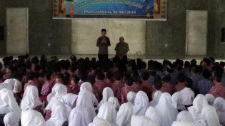 Darmawan Denassa, sedang Menyampaikan Rencana Outing Class Rumah Hijau Denassa di Hadapan Ustaz Nurman dan 400 Siswa Madrasyah Nahdatul Muslimin, Denai Lama, Deli Serdang, Sumut (05.09.2018)