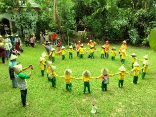 http://rumahhijaudenassa.org/wp-content/uploads/2018/12/RHD.-Ouring-Class-TK-Aisyiyah-III-Karunrung-Tidung-Makassar-ke-Rumah-Hijau-Denassa-17.11.2018.jpg