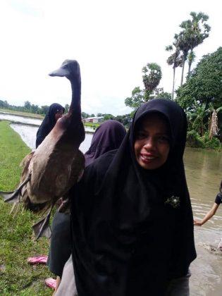 RHD. Salah seorang peserta berhasil menangkap bebek dalam kegiatan Outbond di Rumah Hijau Denassa (24/12/2018)