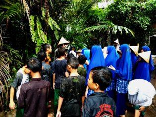 RHD. Santri Darul Istiqamah Maros sedang Belajar Kekayaan Hayati bersama Darmawan Denassa di Rumah Hijau Denassa (28.11.2018)